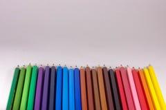 farbige Bleistifte auf weißem Hintergrund stockbild