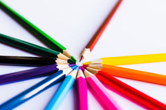 Farbige Bleistifte auf weißem Hintergrund, in einem Kreis Stockfotografie