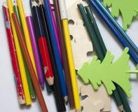 Farbige Bleistifte auf weißem Hintergrund fon Stockfotos