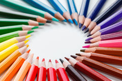 Farbige Bleistifte auf weißer Nahaufnahme Lizenzfreie Stockfotos