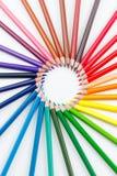 Farbige Bleistifte auf weißer Nahaufnahme Stockbilder