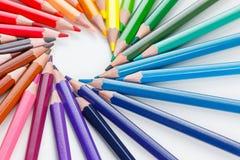 Farbige Bleistifte auf weißer Nahaufnahme Stockfotografie