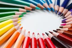 Farbige Bleistifte auf weißer Nahaufnahme Stockbild