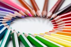 Farbige Bleistifte auf weißer Nahaufnahme Lizenzfreie Stockfotografie