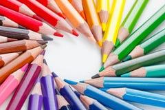 Farbige Bleistifte auf weißer Nahaufnahme Lizenzfreies Stockbild
