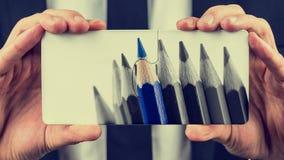 Farbige Bleistifte auf zwei Puzzlespielstücken Lizenzfreie Stockfotos