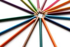 Farbige Bleistifte ausgebreitet in Form von Sonnenschein nahaufnahme isola Stockfotografie