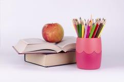 Farbige Bleistifte, Bücher und Apfel Lizenzfreies Stockfoto