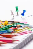 Farbige Bleistifte, Büroklammern und Knöpfe Stockfotos