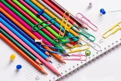 Farbige Bleistifte, Büroklammern und Knöpfe Stockbild