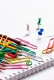 Farbige Bleistifte, Büroklammern und Knöpfe Lizenzfreies Stockbild