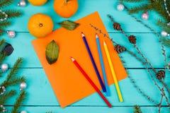 Farbige Bleistifte, Blatt Papier und Tangerinen Stockbild