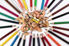Farbige Bleistifte, Bleistiftschnitzel und Bleistiftspitzer Stockbild