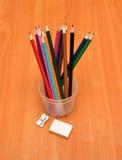 Farbige Bleistifte, Bleistiftspitzer und Radiergummi Lizenzfreie Stockbilder