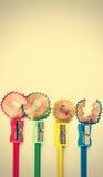 Farbige Bleistifte, Bleistiftspitzer und Schnitzel Lizenzfreies Stockfoto