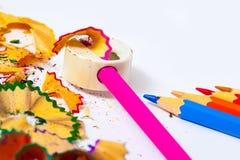 Farbige Bleistifte, Bleistiftspitzer und Schnitzel Stockfoto