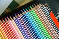 Farbige Bleistifte boxen nah stockfotos