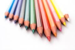 Farbige Bleistifte in der Dreieck-Anordnung. Lizenzfreie Stockfotos