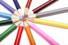 Farbige Bleistifte in der runden Form Stockbilder