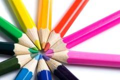 Farbige Bleistifte in der runden Form getrennt Stockfotos