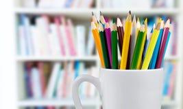 Farbige Bleistifte in der Schale auf Hintergrund Stockfotografie