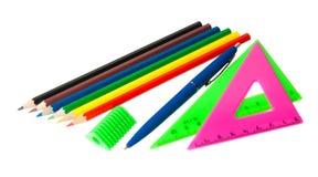 Farbige Bleistifte, Dreieck, Stift und Bleistiftspitzer Stockbilder