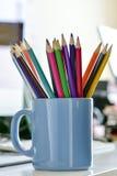 Farbige Bleistifte in einem Becher Lizenzfreie Stockfotos