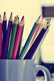 Farbige Bleistifte in einem Becher, gefiltert Lizenzfreies Stockfoto
