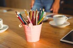 Farbige Bleistifte in einem Bleistifthalter Lizenzfreie Stockfotos
