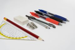 Farbige Bleistifte in einem Bleistiftkasten Stockfotografie