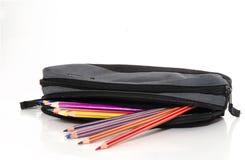 Farbige Bleistifte in einem Bleistiftkasten Stockfotos