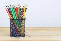 Farbige Bleistifte in einem Bleistiftkasten auf weißem Hintergrund Stockbild