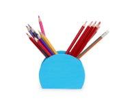 Farbige Bleistifte in einem Bleistiftkasten auf weißem Hintergrund Lizenzfreies Stockfoto