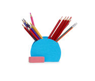 Farbige Bleistifte in einem Bleistiftkasten auf weißem Hintergrund Stockbilder