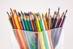 Farbige Bleistifte in einem Glas stockfoto