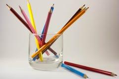 Farbige Bleistifte in einem Glas stockfotos