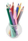 Farbige Bleistifte in einem Glasglas lizenzfreie stockfotos