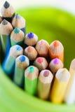 Farbige Bleistifte in einem grünen Glas Lizenzfreie Stockfotos