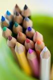 Farbige Bleistifte in einem grünen Glas Lizenzfreies Stockbild