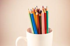 Farbige Bleistifte in einem Kreis stockfotografie