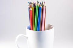 Farbige Bleistifte in einem Kreis lizenzfreie stockbilder