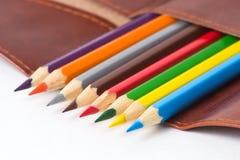 Farbige Bleistifte in einem ledernen Fall Lizenzfreie Stockfotografie