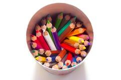 Farbige Bleistifte in einem runden Kasten Lizenzfreies Stockfoto