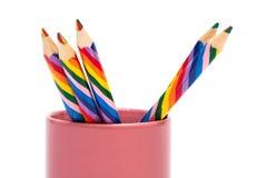 Farbige Bleistifte in einem Stand Lizenzfreie Stockfotos