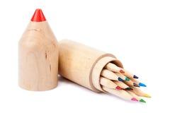 Farbige Bleistifte in einem stilvollen hölzernen Bleistiftkasten Stockfotografie