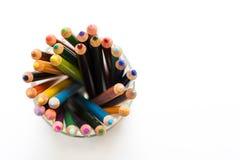 Farbige Bleistifte in einer Anordnung auf einem weißen Hintergrund Stockfotos