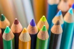 Farbige Bleistifte in einer Anordnung auf einem weißen Hintergrund Stockbild