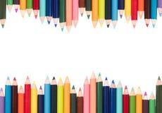Farbige Bleistifte in einer Anordnung auf einem weißen Hintergrund Lizenzfreies Stockfoto