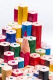 Farbige Bleistifte, einer, der oben zeigen und das Rest upsid Stockfotografie