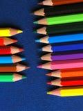 Farbige Bleistifte in einer Reihe Stockbilder